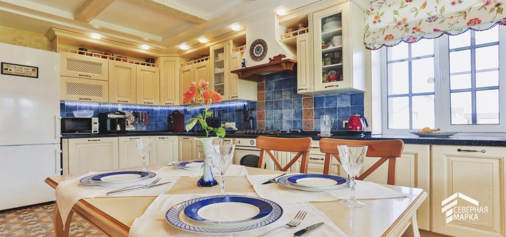 Строительство загородных домов под ключ со светлой кухней